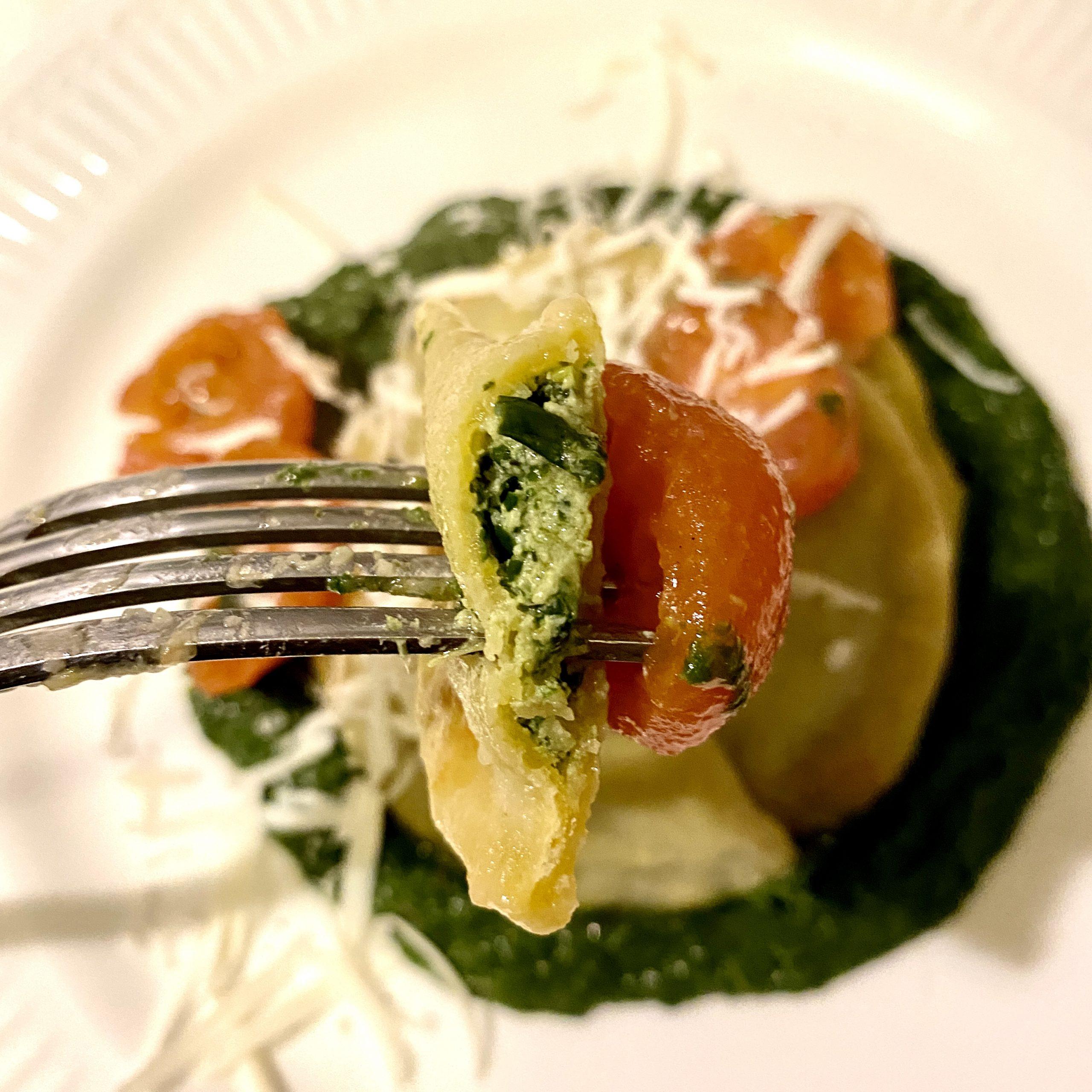 Mezzelune all'uovo con cima di rapa, spinaci e ricotta.
