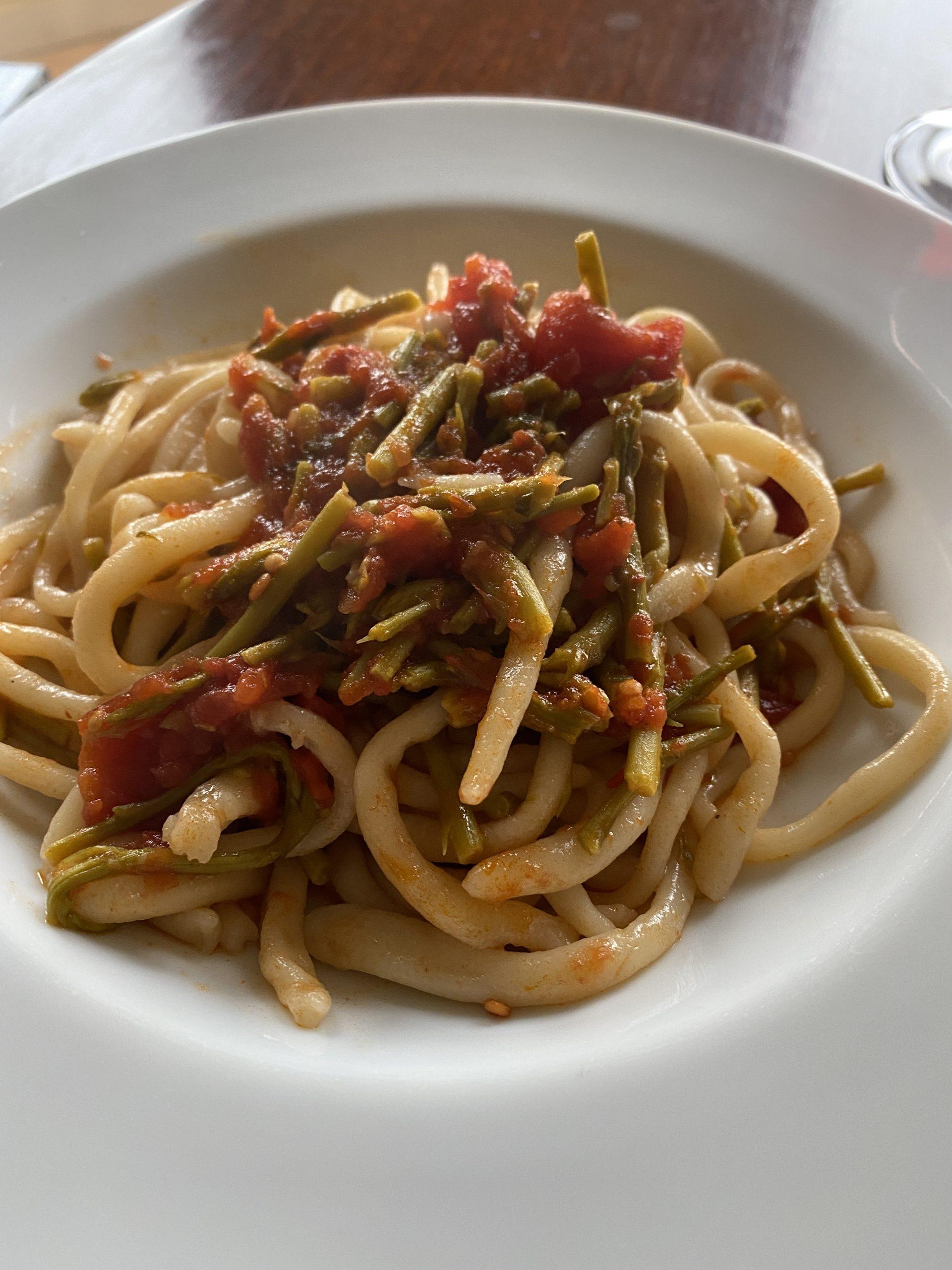Strangozzi umbri con pomodoro e asparagi selvatici.