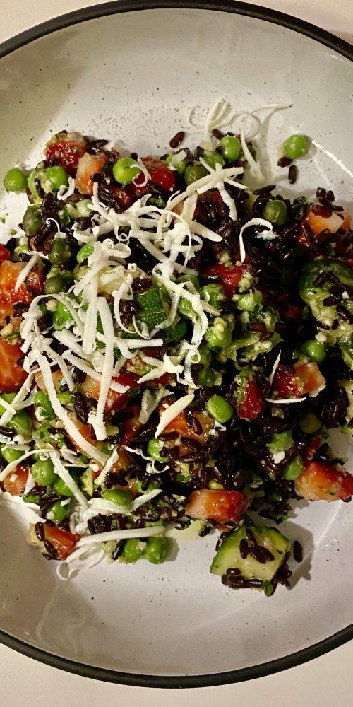 riso venere fragole e pesto di zucchine