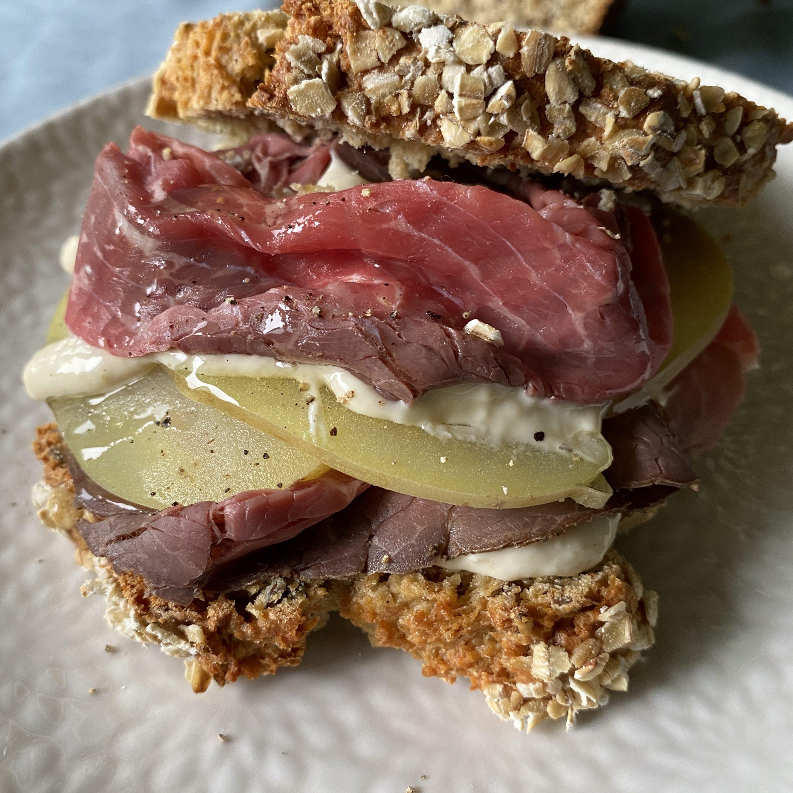 Sandwich di roast beef, patate e rafano