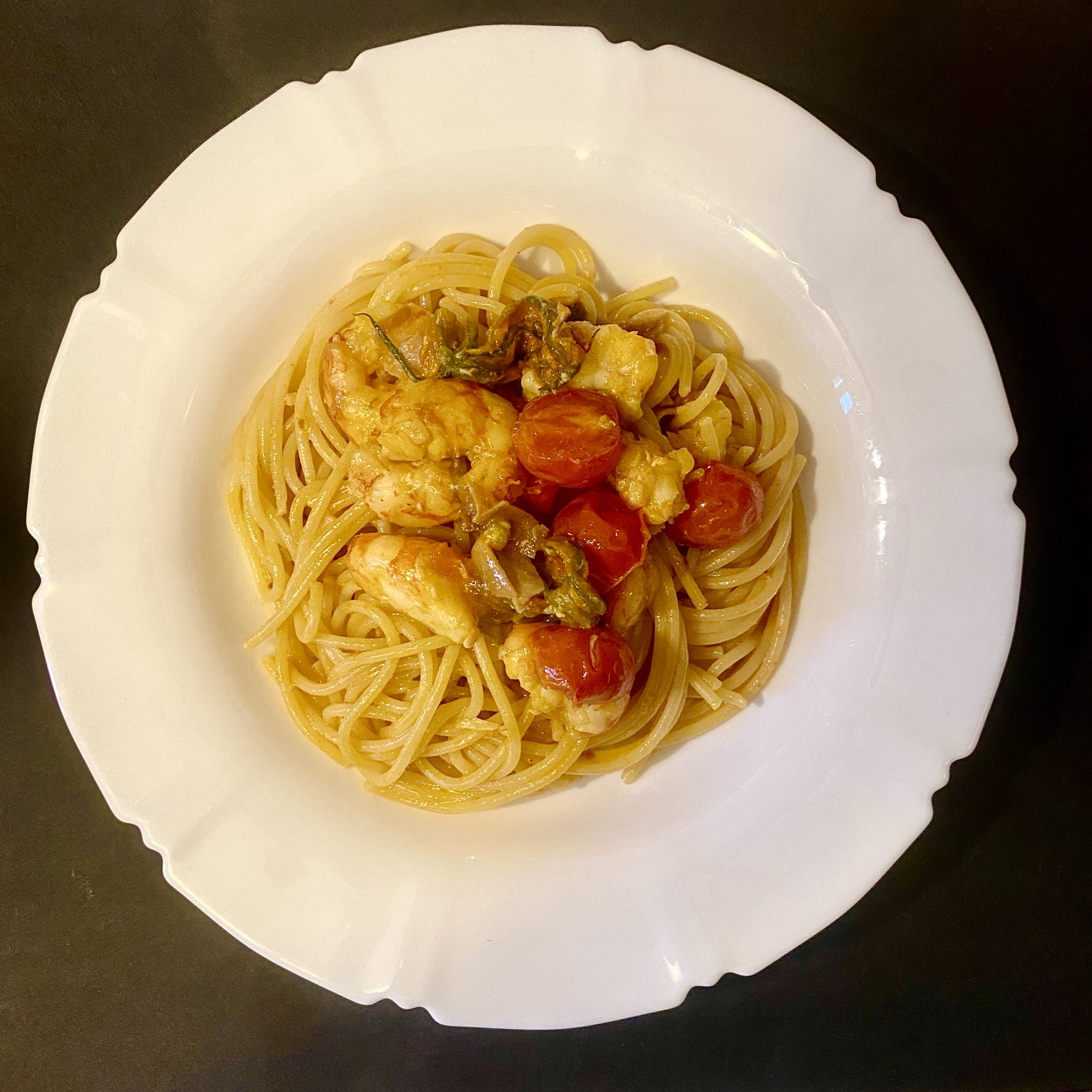 Spaghetti gamberoni, fiori di zucca e zafferano.