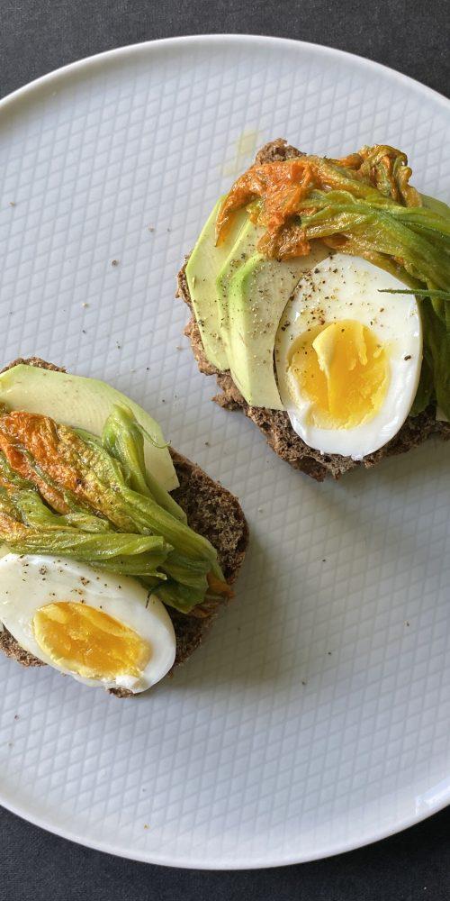 soda bread, avocado, fiori di zucca, uovo